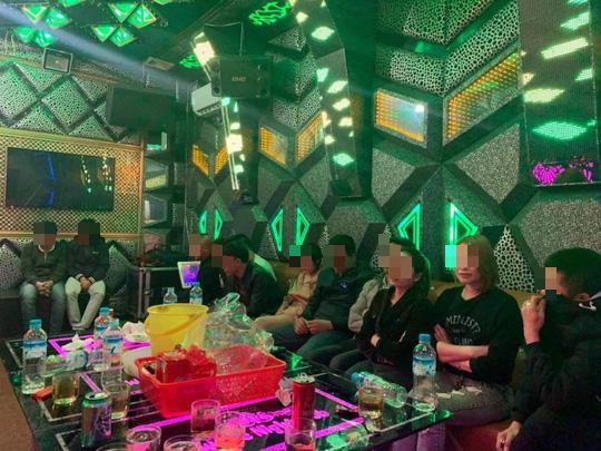 Quảng Bình: Tạm giữ 11 người làm điều mờ ám trong phòng karaoke - Ảnh 1.
