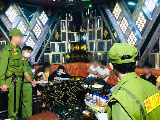 27 nam nữ phê ma túy trong quán karaoke ở Tam Kỳ - Ảnh 4.