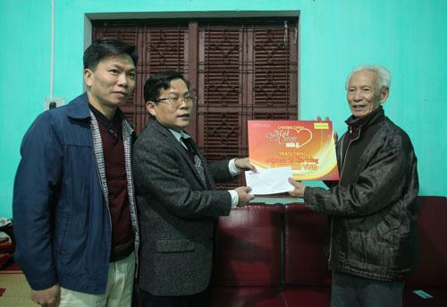 """""""Mai Vàng nhân ái"""" thăm, tặng quà nhà văn, nhà báo Tạ Kim Hùng"""