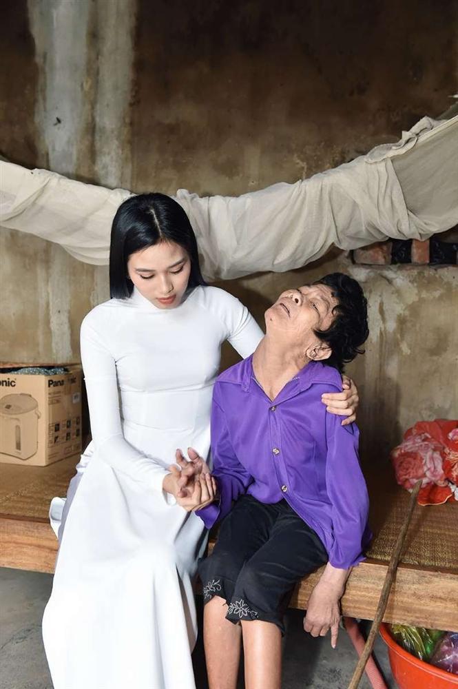 Tân hoa hậu Đỗ Thị Hà lên tiếng khi bị chê đi từ thiện kiểu làm màu - Ảnh 2.