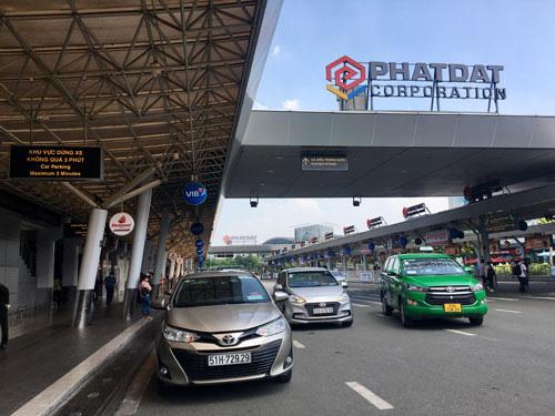 Đón - trả ở sân bay Tân Sơn Nhất: Hành khách vẫn than - Ảnh 1.
