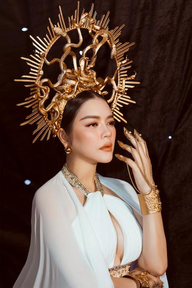 Lý Nhã Kỳ gợi cảm trên thảm đỏ Tuần lễ thời trang quốc tế Việt Nam - Ảnh 2.