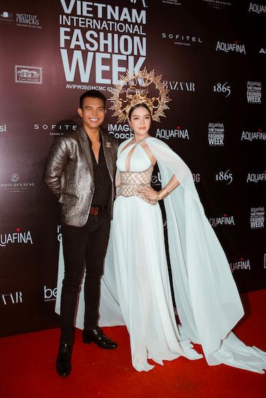 Lý Nhã Kỳ gợi cảm trên thảm đỏ Tuần lễ thời trang quốc tế Việt Nam - Ảnh 3.