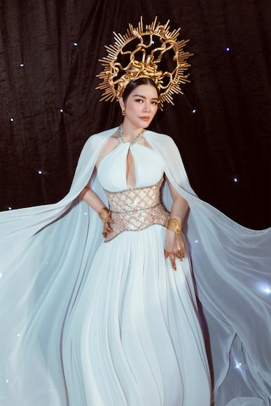 Lý Nhã Kỳ gợi cảm trên thảm đỏ Tuần lễ thời trang quốc tế Việt Nam - Ảnh 4.