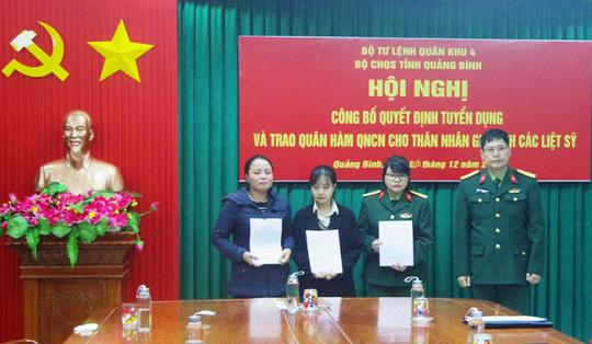 Tuyển dụng, trao quân hàm cho vợ con liệt sĩ Thiếu tướng Nguyễn Văn Man - Ảnh 1.