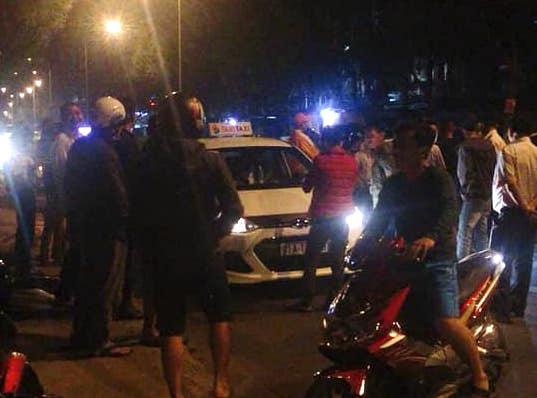 Bí ẩn nguyên nhân tài xế taxi bị đâm thủng phổi trước cổng bệnh viện - Ảnh 1.
