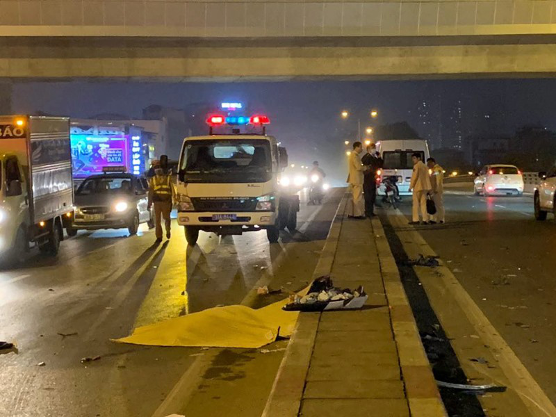 Va chạm mạnh với ô tô 16 chỗ, người đàn ông văng sang làn đường ngược chiều tử vong  - Ảnh 2.