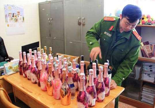 Sau phát súng từ tân giám đốc công an tỉnh, Công an TP Đà Lạt đánh úp quán bar có nhiều người phê ma túy - Ảnh 2.