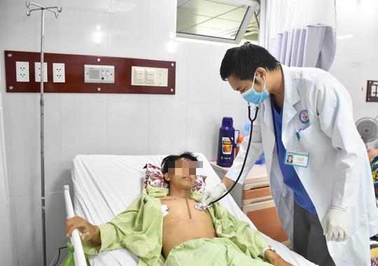 Thanh niên bị đâm thủng phổi thoát chết nhờ quy trình báo động đỏ - Ảnh 1.