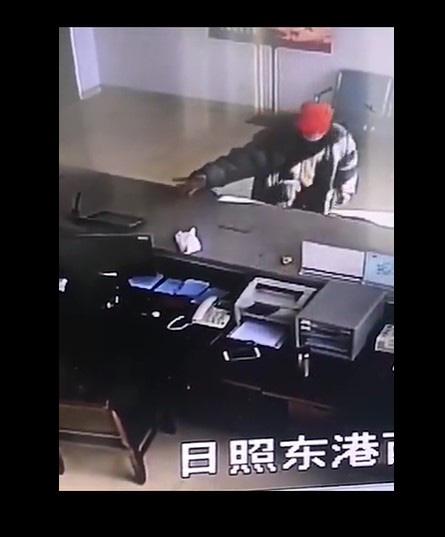 Trung Quốc: Thiết bị không người lái tuần tra đường phố, bắt kẻ trốn chui - Ảnh 4.