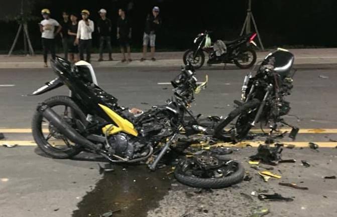 Hai chiếc xe máy vỡ nát như đống sắt vụn sau cú tông kinh hoàng