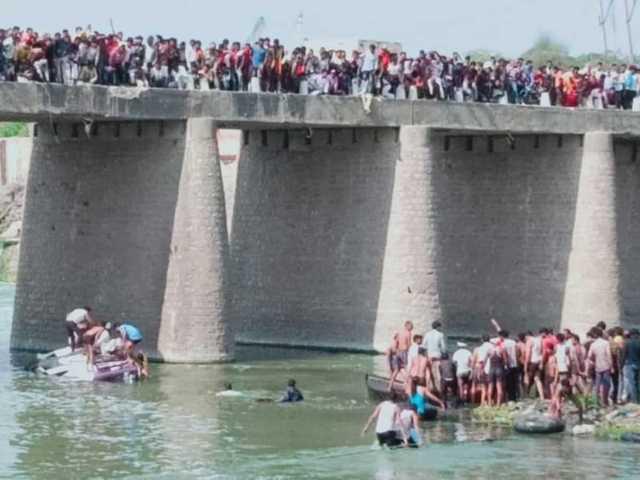 Một chiếc xe buýt chở khách mời đám cưới rơi xuống sông ở bang Rajasthan - Ấn Độ. Ảnh: The Times of India