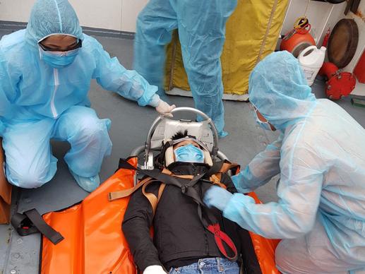 Cận cảnh treo dây cáp trên biển, cứu nạn thuyền viên Philippines - Ảnh 2.
