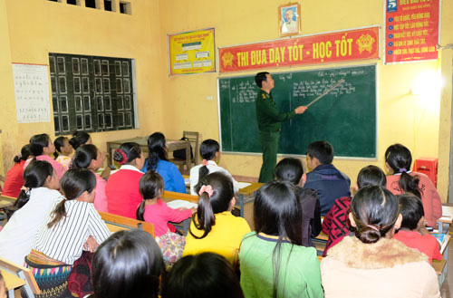 Lớp học đặc biệt của thầy giáo quân hàm xanh - Ảnh 1.