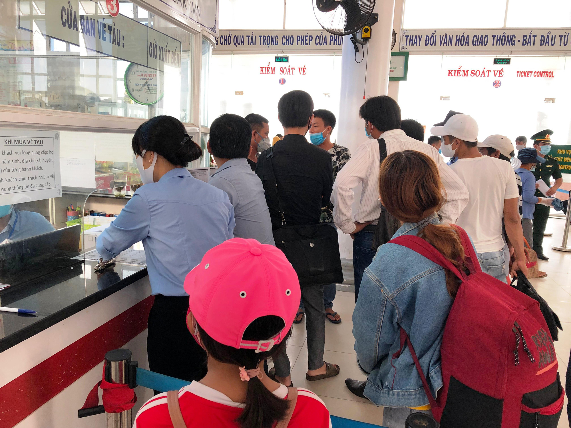 Hành khách đi Lý Sơn bức xúc vì thiếu tờ khai y tế - Báo Người lao ...