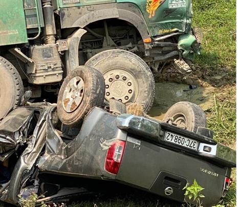 CLIP: Hiện trường vụ xe tải tông xe bán tải vỡ nát, 3 người nguy kịch mắc kẹt trong xe - Ảnh 3.