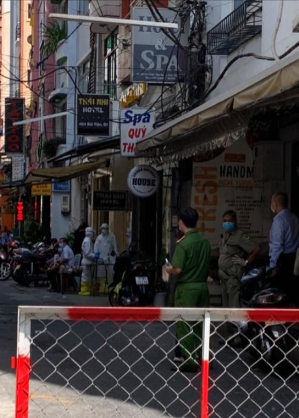 Cách ly 1 người nước ngoài nghi mắc Covid-19 trú ở phố Bùi Viện - Ảnh 1.