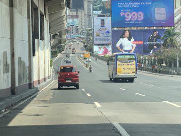 Covid-19: Canh sat vu trang hang nang xuat hien, Manila vang lang nhu to
