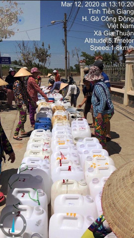 Biệt đội chở nước ngọt về cấp miễn phí cho dân vùng hạn mặn - Ảnh 4.