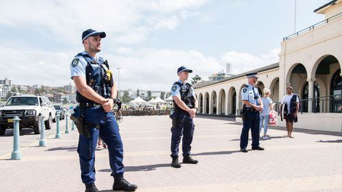 Covid-19: Bãi biển Úc kín người, cảnh sát phải ra tay giải tán - Ảnh 6.
