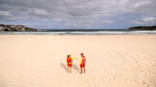 Covid-19: Bãi biển Úc kín người, cảnh sát phải ra tay giải tán - Ảnh 7.