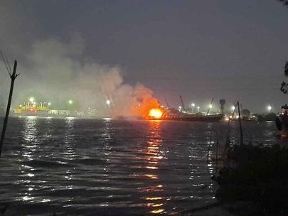 Cháy tàu chở xăng trên sông Đồng Nai, 2 người tử vong, 1 người mất tích - Ảnh 1.