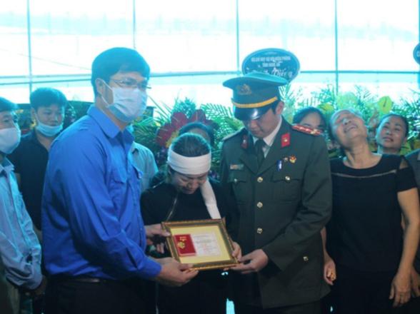 Thăng hàm đại úy cho sĩ quan công an hy sinh khi truy bắt tội phạm ma túy - Ảnh 1.