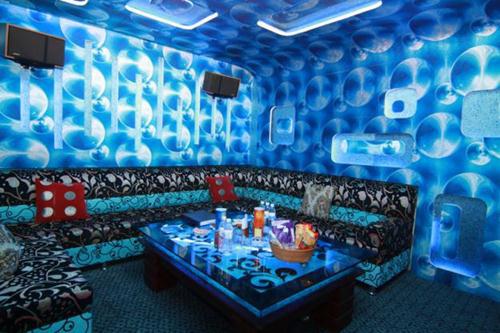 Hà Nội hỏa tốc yêu cầu tạm đóng cửa karaoke, quán bar, không tụ tập đông người nơi thờ tự - Ảnh 1.