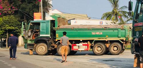 Từ điều tra của Báo Người Lao Động: Chủ tịch Thừa Thiên - Huế chỉ đạo nóng xử xe quá tải - Ảnh 2.