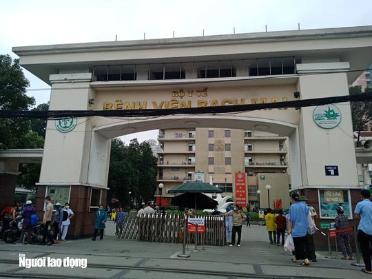 Yêu cầu gần 1.600 người đến Bệnh viện Bạch Mai khám chữa bệnh trong 10 ngày tự cách ly - Ảnh 2.