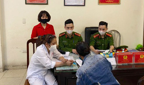 Không đeo khẩu trang nơi công cộng, người phụ nữ ở Hà Nội bị phạt 200.000 đồng - Ảnh 1.