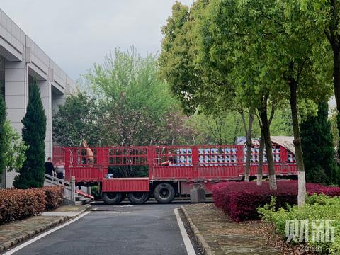 Hàng ngàn bình tro cốt chuyển đến nhà tang lễ Vũ Hán - Ảnh 2.