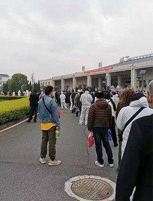 Hàng ngàn bình tro cốt chuyển đến nhà tang lễ Vũ Hán - Ảnh 4.