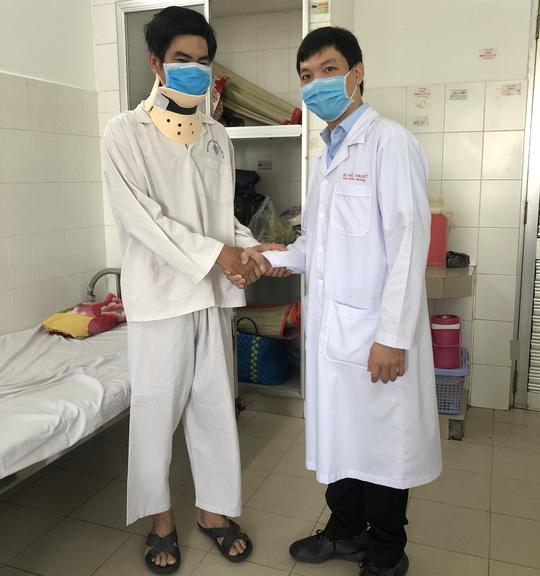 CLIP: Bệnh nhân đầu tiên ở ĐBSCL được thay đĩa đệm nhân tạo cột sống cổ - Ảnh 3.