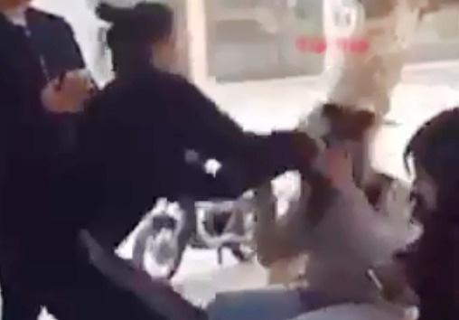 Nữ sinh lớp 12 đánh bạn cùng trường dã man trên phố bị thôi học 1 năm - Ảnh 1.