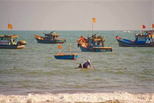 Rủ nhau tắm biển lúc sóng lớn, 3 trẻ em bị đuối nước - Ảnh 1.