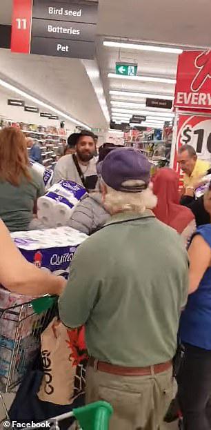 Covid-19: Cướp giấy vệ sinh trong siêu thị tại Úc - Ảnh 3.