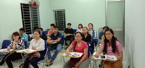 Tặng học bổng cho công nhân nâng cao trình độ - Ảnh 1.