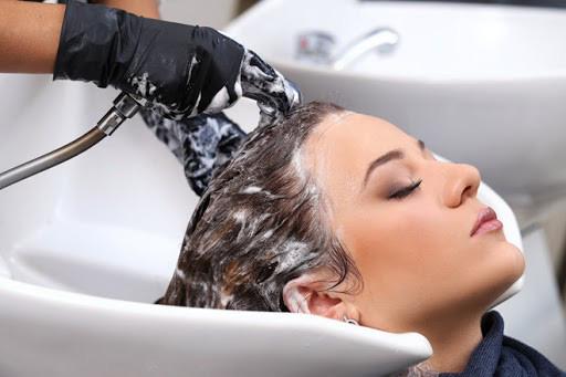 8 sai lầm cực dễ mắc khi gội đầu khiến tóc bị hư tổn - Ảnh 6.
