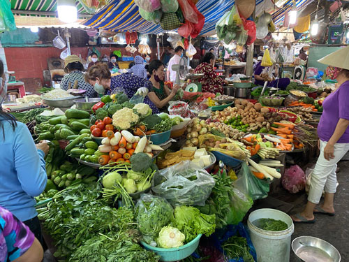 Chung tay chống dịch Covid-19: Hàng hóa đầy chợ, siêu thị - Ảnh 2.