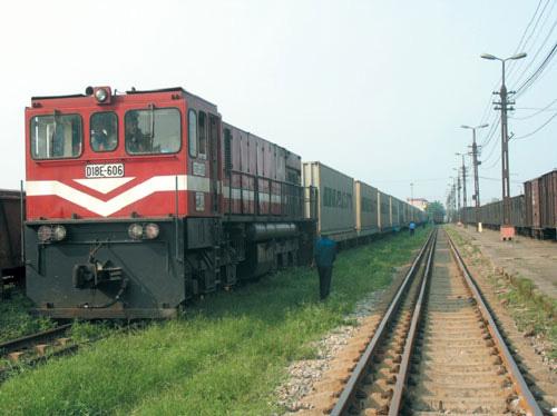 Đường sắt cầm cự nhờ tàu hàng - Ảnh 1.