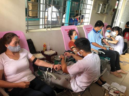 300 CNVC-LĐ hiến máu tình nguyện - Ảnh 1.