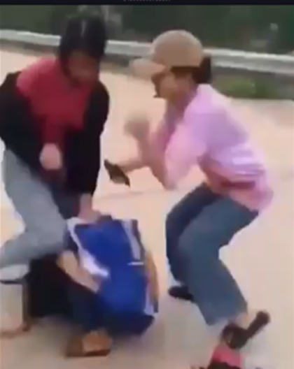 Xôn xao clip nữ sinh bị bạn đánh hội đồng  - Ảnh 1.