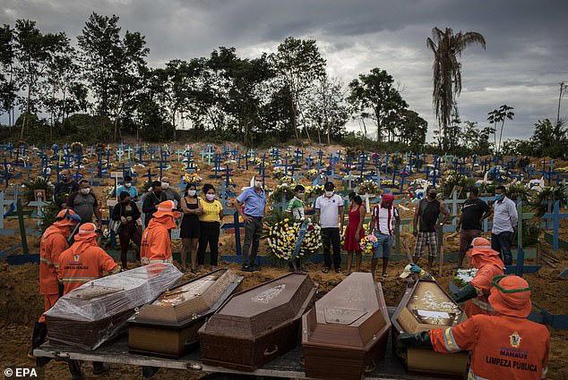Covid-19: Thế giới hơn 200.000 người chết, Brazil như trong phim kinh dị - Ảnh 1.
