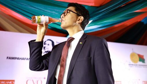 Tổng thống Madagascar uống thảo dược chống Covid-19 trên truyền hình - Ảnh 1.