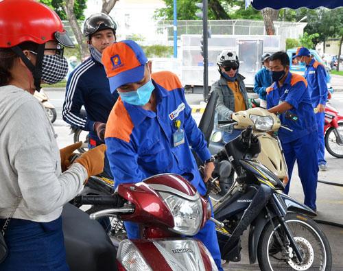 Giá xăng tiếp tục giảm xuống mức hơn 10.000 đồng/lít - Ảnh 1.