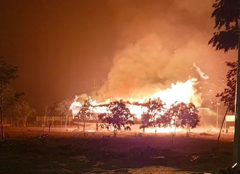 Sét đánh cháy nhà rông dưới trời mưa tầm tã - Ảnh 1.
