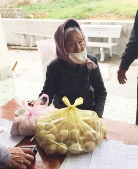 Cụ bà 98 tuổi mang 1 kg gạo, 50 quả trứng tới ủng hộ chống dịch Covid-19 - Ảnh 1.