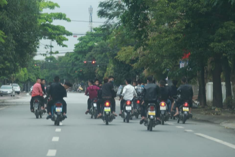 Bất chấp lệnh cấm, nhóm nam nữ thanh, thiếu niên đi xe máy dàn hàng ngang, lạng lách - Ảnh 2.