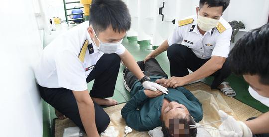 Thứ trưởng Bộ Quốc phòng đón 30 ngư dân gặp nạn trên biển trở về - Ảnh 4.